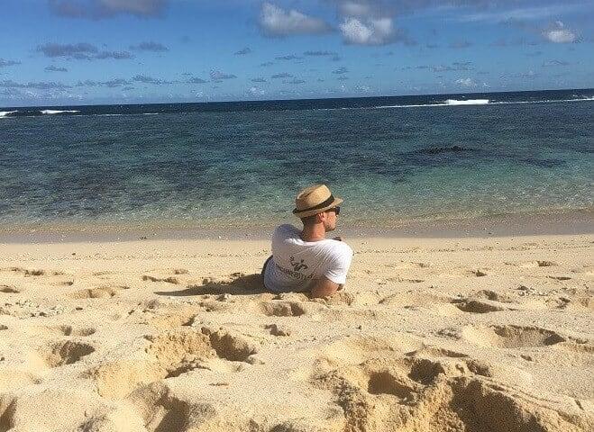 ich Strand liegend